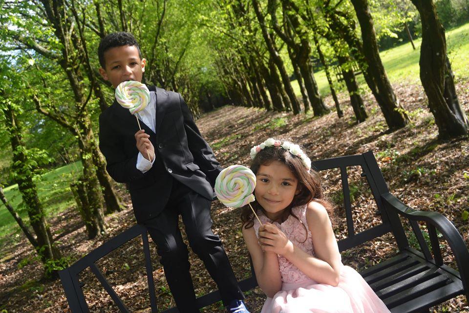 Enfants avec des sucettes de guimauves à un mariage. R'eva deux wedding planner Nantes