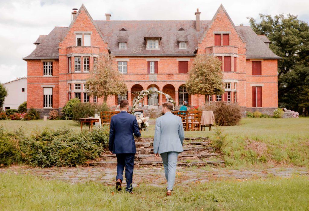 Couple marchant pour aller à la cérémonie laïque. R'eva deux wedding planer Nantes