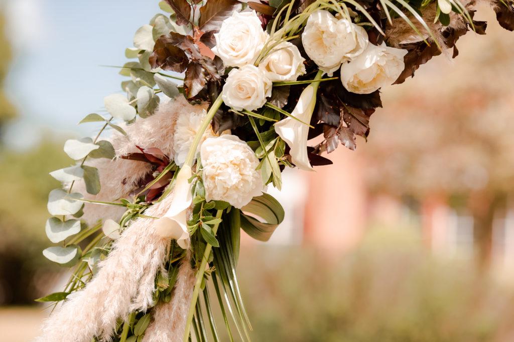 Shooting d'inspiration mariage homme fleurs arche de ceremonie laïque wedding planner nantes revadeux